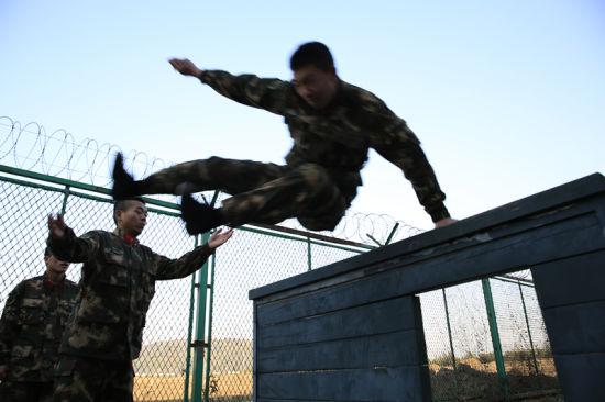 图为官兵们正在进行日常障碍训练。 颜石斌 摄