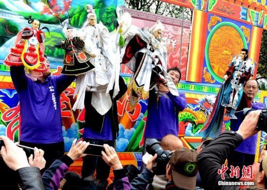 资料图:来自台湾高雄如真园掌中剧团艺人,为观众表演布袋戏,吸引众人抢拍镜头。刘可耕 摄