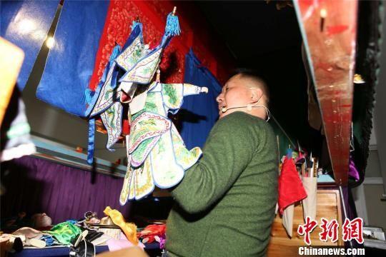 单档布袋戏由一个艺人在戏屏后演出 叶其念 摄