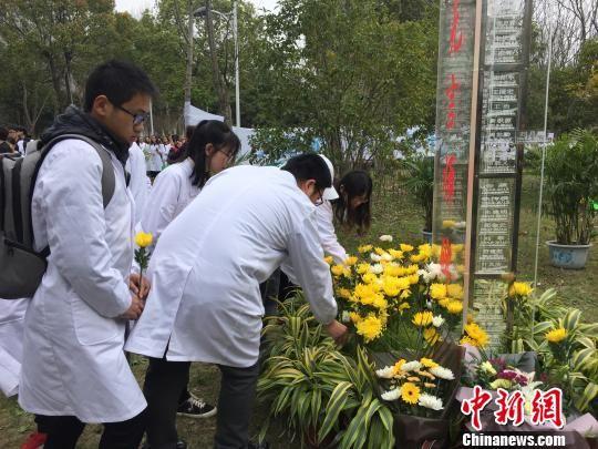 杭师大师生献花。 童笑雨 摄