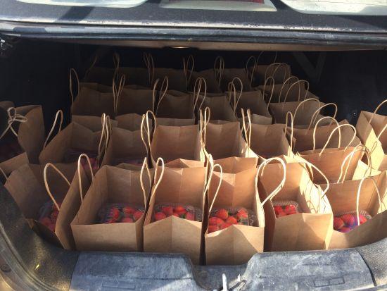 图为魏韩英后备箱准备送货的草莓。受访者提供