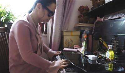 复习期间,王颖家人需要将资料转成电子版,王颖再通过电脑自学。视频截图