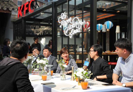 图为:创客们在饭局上交流分享创业经验。夏立 祁砚青 摄