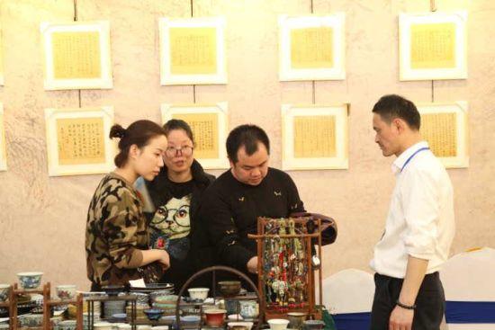 观展人士正在欣赏文创作品。 由桐荫堂提供