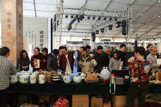 温州文博会上 ,桐荫堂展区前围满观展人士。 由桐荫堂提供