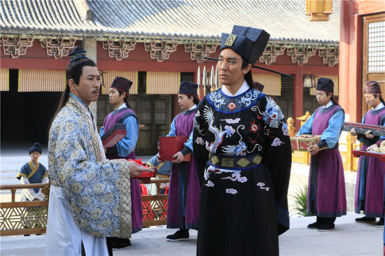 图为:演员谭俊彦(右)正在拍摄中。 张勇 摄