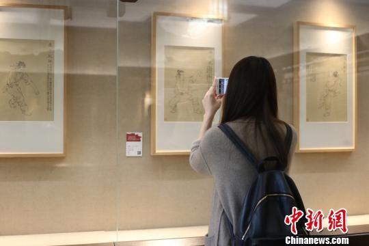 图为:参观者通过扫描二维码体验AR科技 钱晨菲 摄