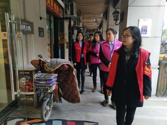 志愿小分队在对西湖区商家进行巡逻。 西湖区政法委综治办 供图