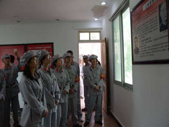 参观万山革命纪念馆 叶芳芳 摄