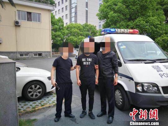 警方抓捕犯罪嫌疑人现场。杭州公安交警 供图