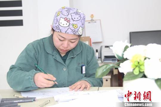 90后护士陈蓉菁用业余时间创作了13幅卡通漫画 朱捷 摄