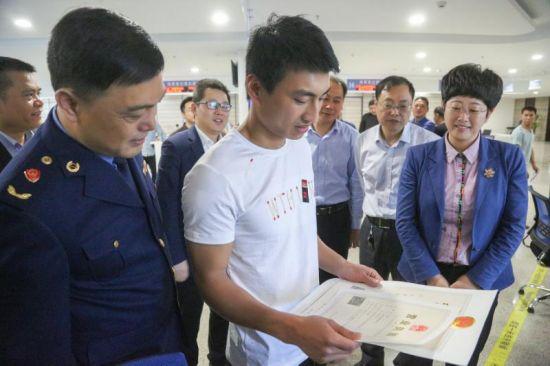 商户叶晓伟通过平台申报,十分钟就拿到了营业执照和烟草许可证 丁成 摄