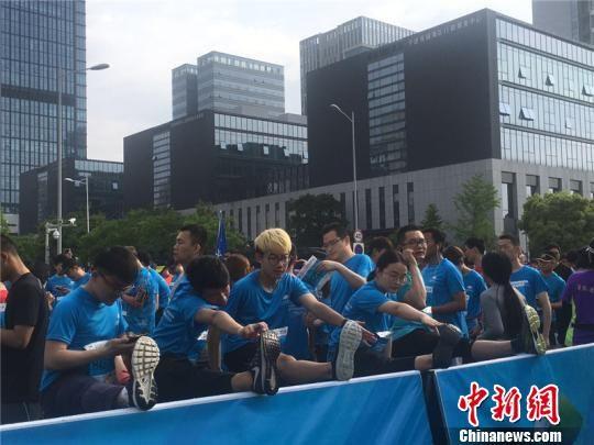 图为2018九龙湖(宁波)国际半程马拉松赛现场 李佳赟 摄