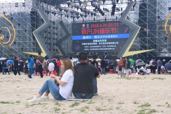 观众们在沙滩上席地而坐,欣赏美景和音乐 陈宣锟 摄