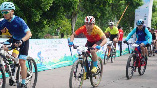 图为:2018环浙江自行车公开赛首站一一西湖龙坞茶园山地越野赛现场。 主办方供图