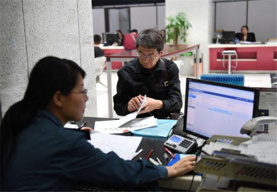 图为市民在杭州市行政服务中心办理交通业务。王刚 摄