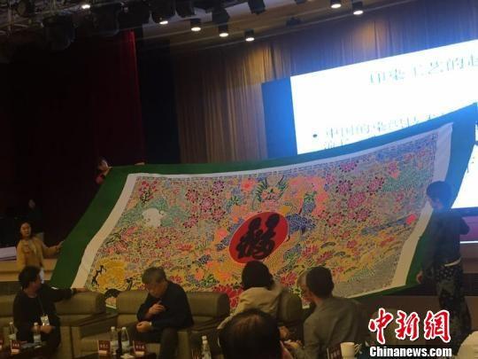 活动现场,一名传承人向大家展示他的作品。 童笑雨 摄