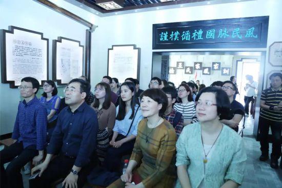 温州大学教师职工在英桥王氏家风馆观看家训专题片。龙湾宣传部提供