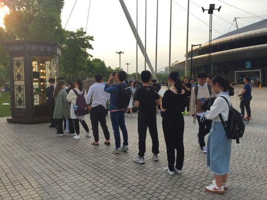 图为:浙大朗读亭前排队的学生们。供图