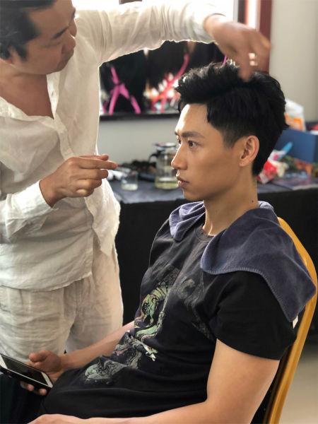 图为:魏晨正在剧组化妆。艺人宣传供图