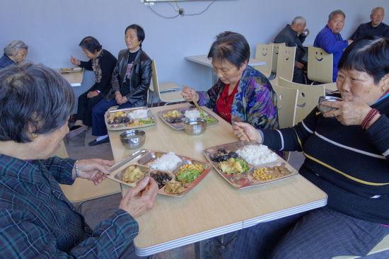 老人们在愉快地用餐。陈诺 摄