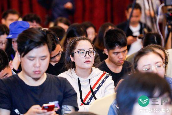 图为:活动现场认真聆听的观众。活动方供图