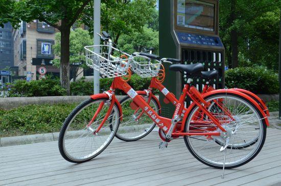 """杭州""""小红车""""试点无桩停放。杭州公交公司提供"""