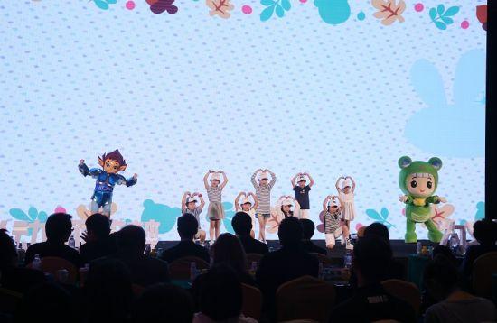发布会伊始,卡通人物和小朋友献舞。 主办方提供