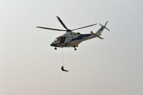 特警队员干脆利索地从高空下滑到地面 温州特警提供