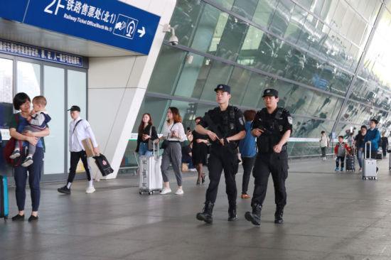 特警队员在杭州东站巡逻。杭州铁路公安处 供图