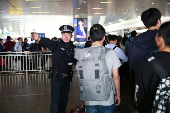 杭州东站派出所民警在进站口维持秩序。杭州铁路公安处 供图