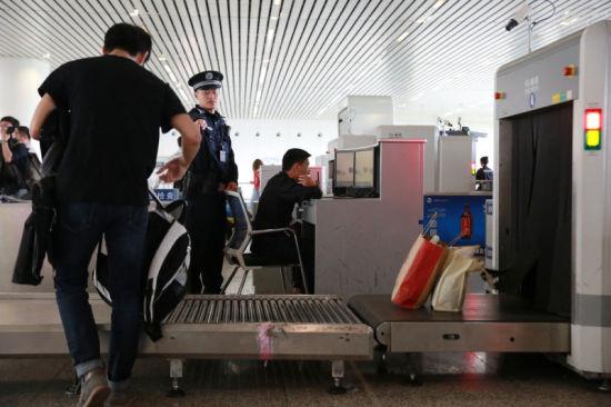 杭州东站派出所民警盯控安检查危。杭州铁路公安处 供图
