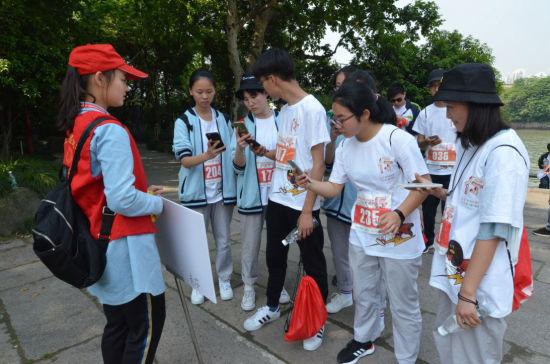 参与者在沿途参与答题游戏。 由活动方供图