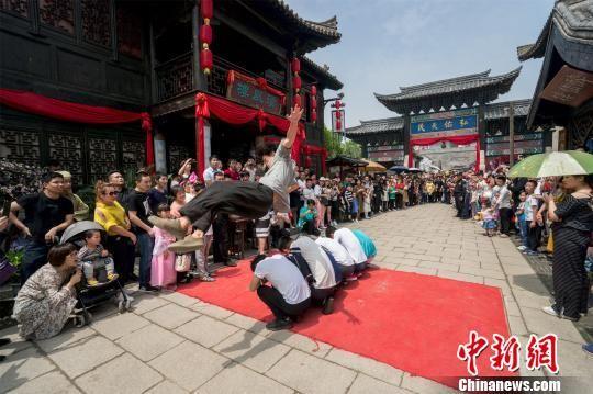 图为:襄阳城内,街舞跑酷游客现场high翻天。 张陆沁 摄