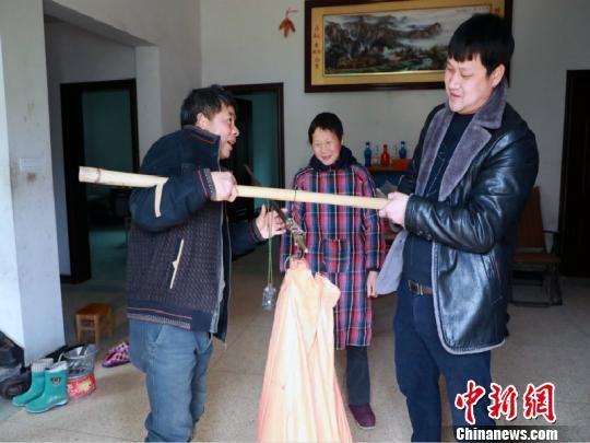 蓝志光在社里村成立村级农村淘宝党员示范点。 龙游宣传部提供
