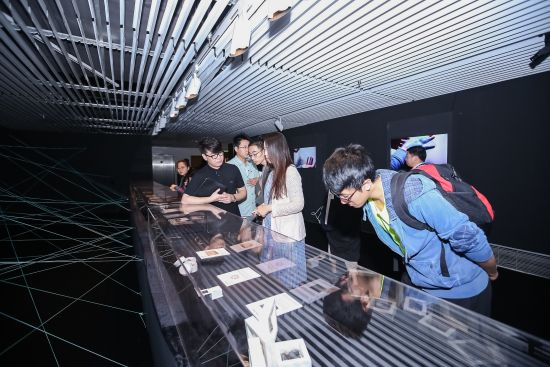 图为观众在中国设计智造大奖佳作展观摩。 中国设计智造大奖组委会供图