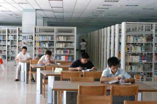 在浙江工商大学图书馆,学生们正在看书。 校方提供