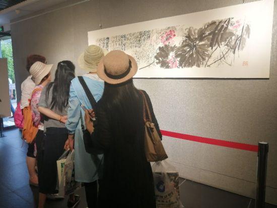 民众在参观欣赏画作 兰溪宣传部提供