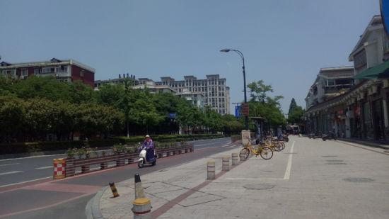 浙江高温模式开启,路上行人稀少。 张煜欢 摄