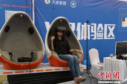参观者在VR体验区体验。 卢绍庆 摄