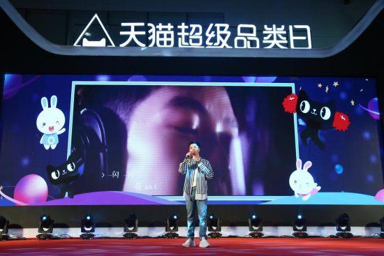 新品体验官明星奶爸王栎鑫演唱《火火兔的萤火微光》。 由主办方供图