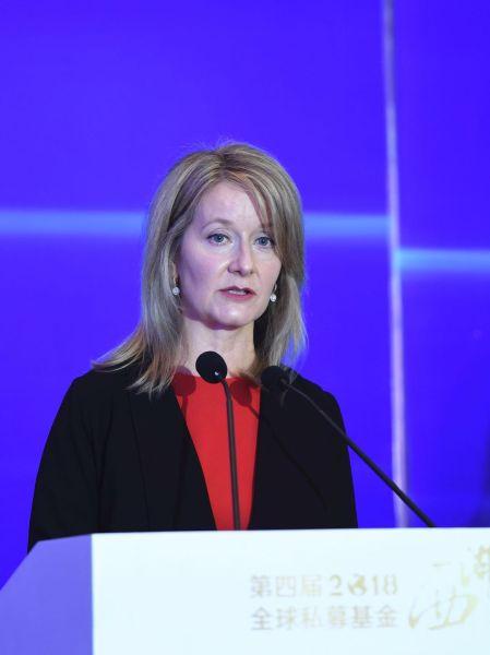 罗素投资集团董事长兼全球CEOMichelle R.Seitz女士以《为客户提供财务安全――监管、资管行业和金融科技》为主题做主旨演讲。 王刚 摄