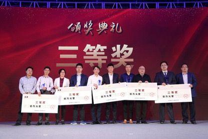 图为4月13日,新昌双创大赛总决赛获奖选手领取大赛奖金。 浙江赛创未来提供