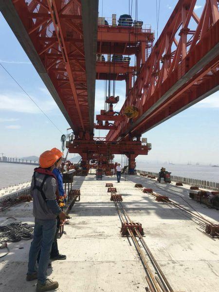 深红色的架桥机整装待发