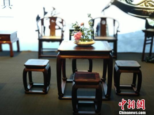 简洁的新中式红木家具 奚金燕 摄