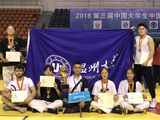 第三届中国大学生中国式摔跤锦标赛获奖的学生。 由校方提供