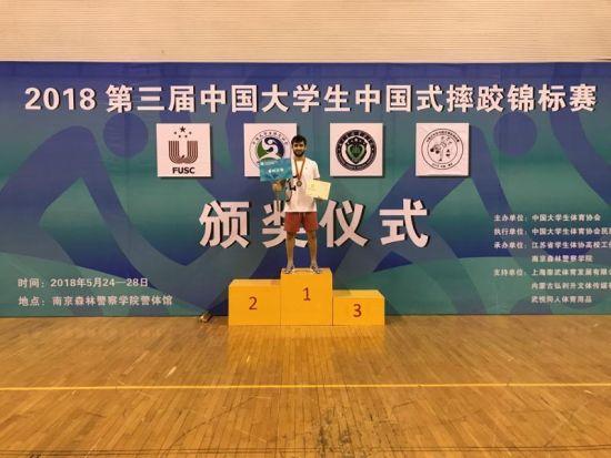 获得第三届中国大学生中国式摔跤锦标赛男子甲组70公斤季军的温州大学国际教育学院AMIROV RUSTAM。 由校方提供
