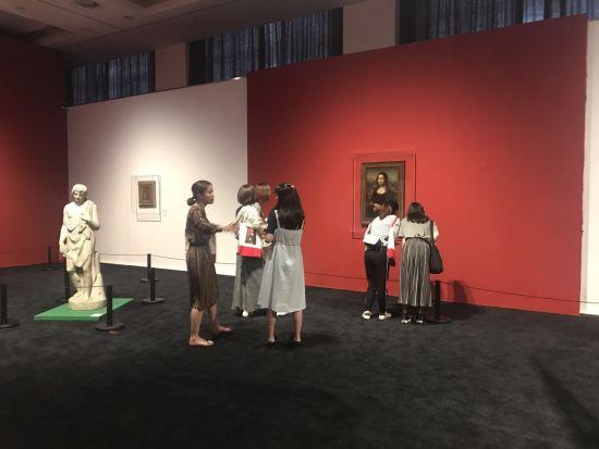 观众在展区观看的展品。 王题题 摄