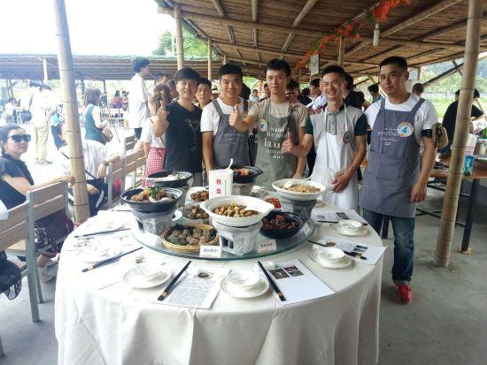 """天目山镇横塘村的""""棋盘家宴"""" 王钰晨 摄"""