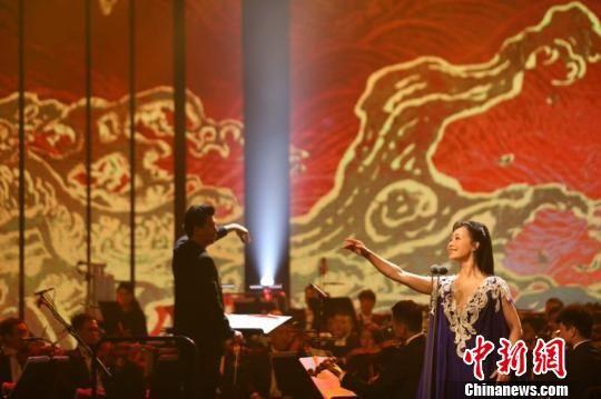 吕薇演唱《望海潮・东南形胜》。 莫晓萍 摄